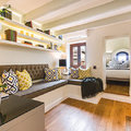Living remodelado en tonos amarillos