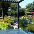 Pérgola bioclimática en jardín