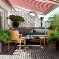 Terraza con toldo a rayas rojos