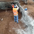 Trabajadores excavando.