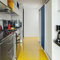 Cocina con piso de resina amarilla