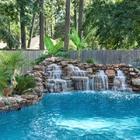 cascada natural en la piscina