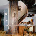 Escalera con lamas de madera