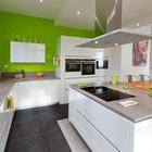 cocina con paredes de color