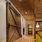 Puerta corredera en madera oscura