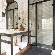 baño con ducha industrial