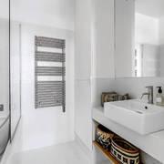 Baño blanco con espejos