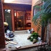 acceso quincho con jardín de cuarzo con acer japónico