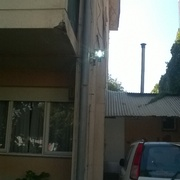 Iluminación de área de verde y de acceso al edificio