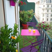 Balcón con pasto artificial