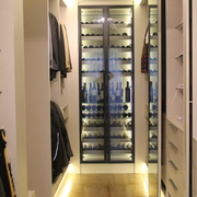 cava de vino puertas de vidrio perfil metálico negro