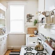 Cocina con mobiliario en blanco