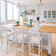 Cocina de estilo mediterráneo con gran mesa móvil