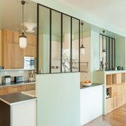 Cocina semiabierta con muro divisor