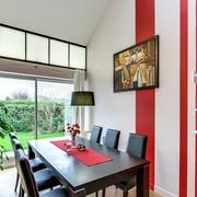 comedor con pared roja