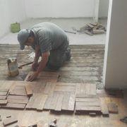 Comenzamos impregnando todo el piso radier .y continuamos con el pegado..