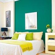 Dormitorio en verde y blanco