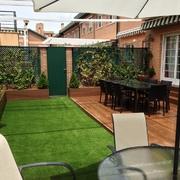 jardin con cesped artificial y parquet