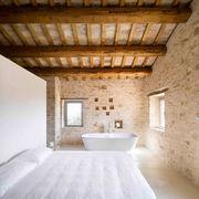 dormitorio-con-vigas-de-madera-al-descubierto