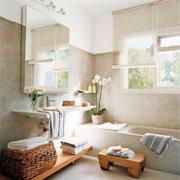 paredes de cemento con mobiliario de madera