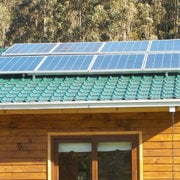 Peneles solares sobre el tejado de vivienda