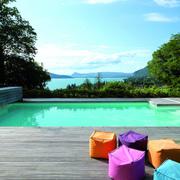 piscina con tarima de madera