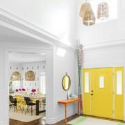 hall con puerta amarilla