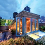 Terraza de madera en ático