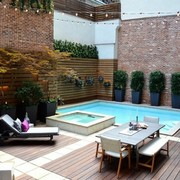 Terraza hygge con piscina pequeña