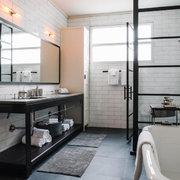 Mamparas de fierro en el baño