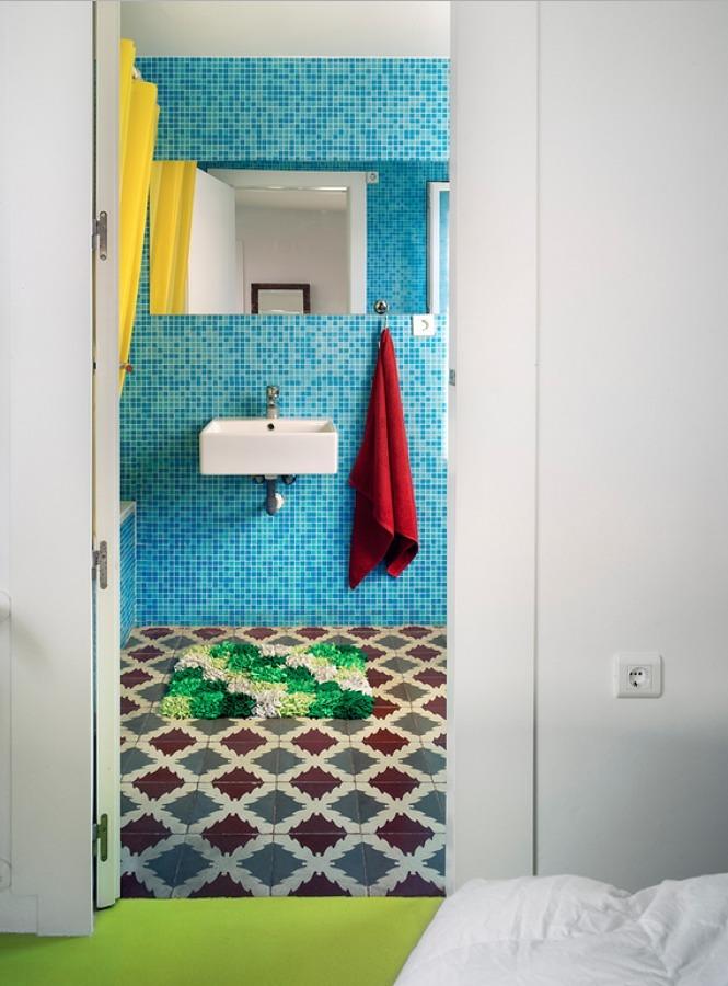 Colorido baño en casa remodelada