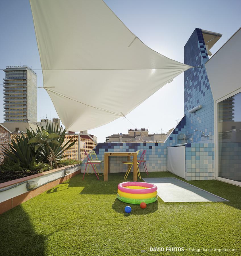 Terraza remodelada con piscina pequeña