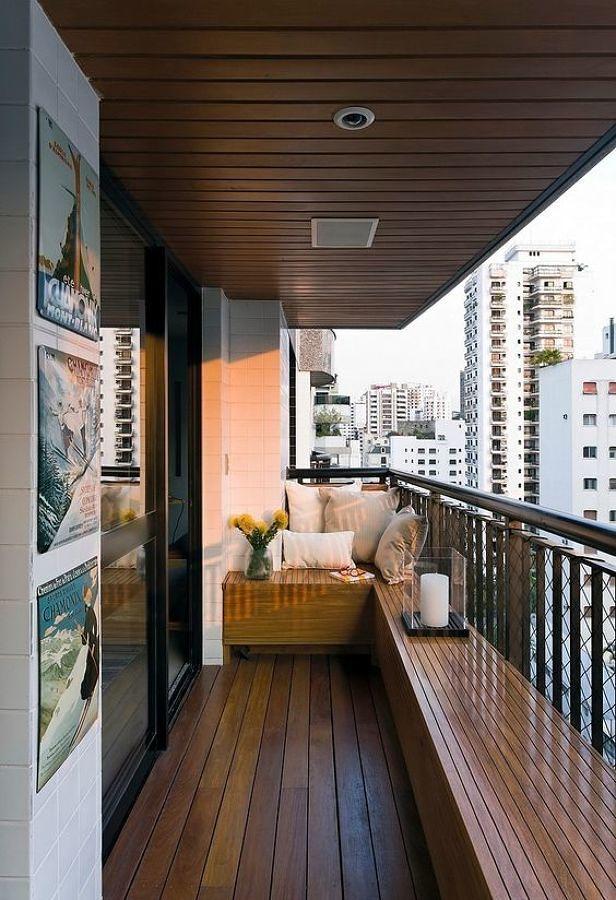 balcón con suelo de madera