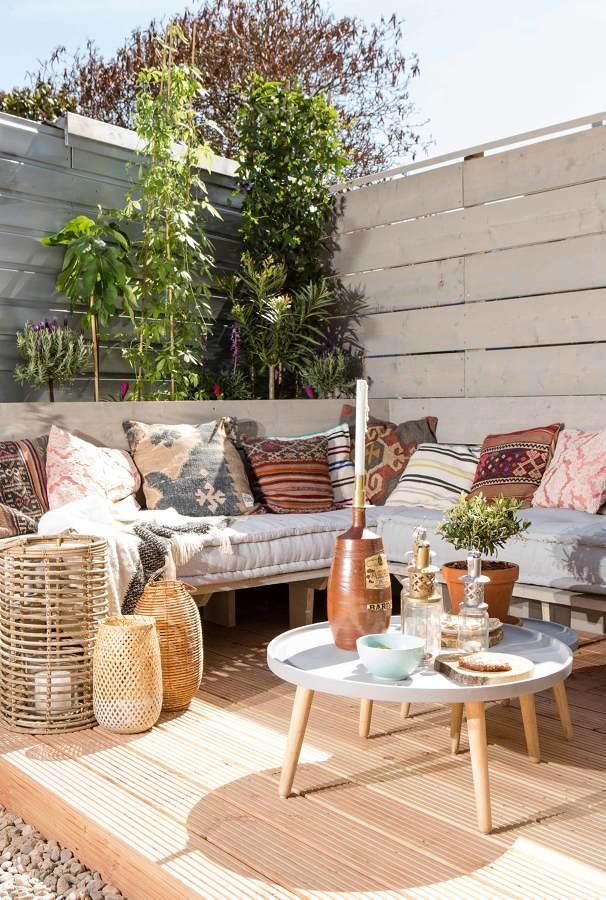 terraza con cojines estampados