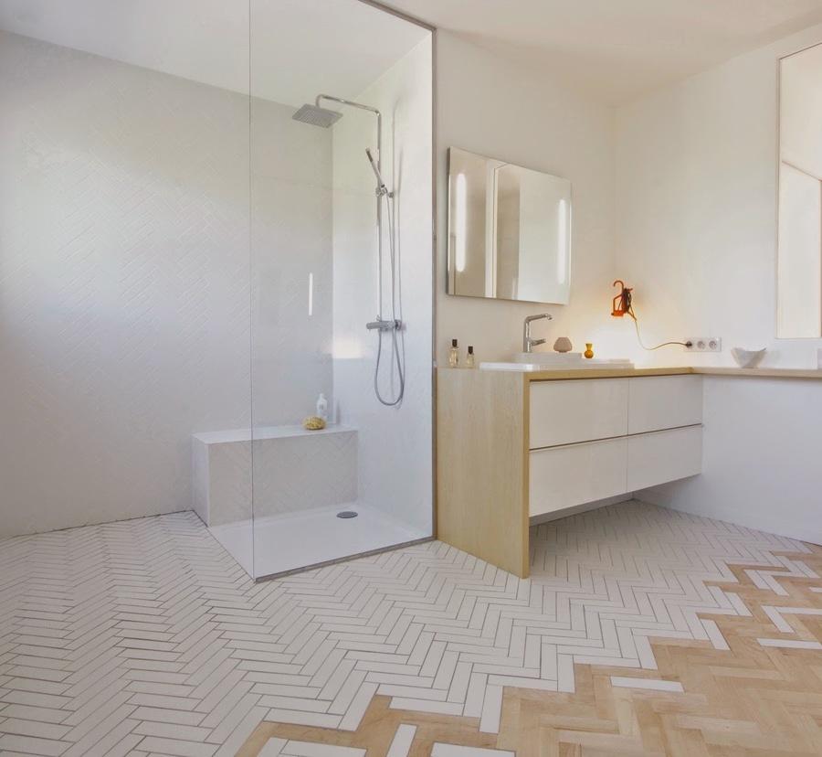 Baño remodelado con piso de madera