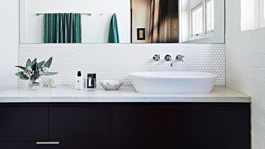 baño con lavabo suspendido