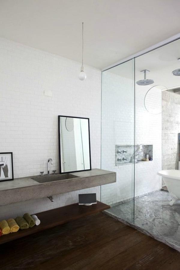 Baño con piso de madera