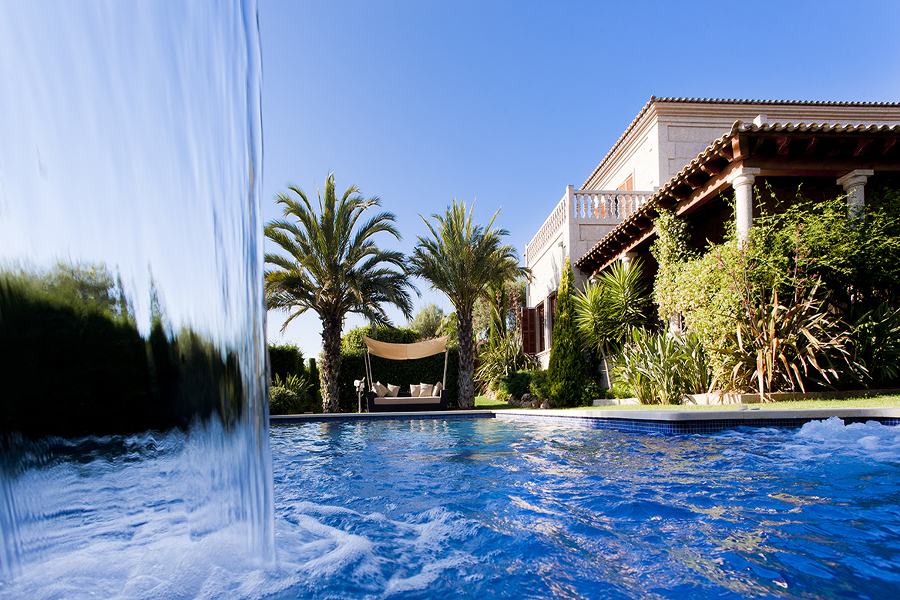 cascada en piscina