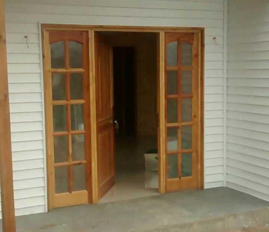 Acceso principal de puerta con mampara