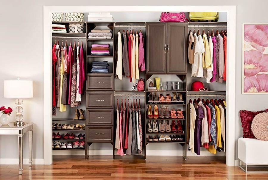 Closet de mujer con ropa clasificada