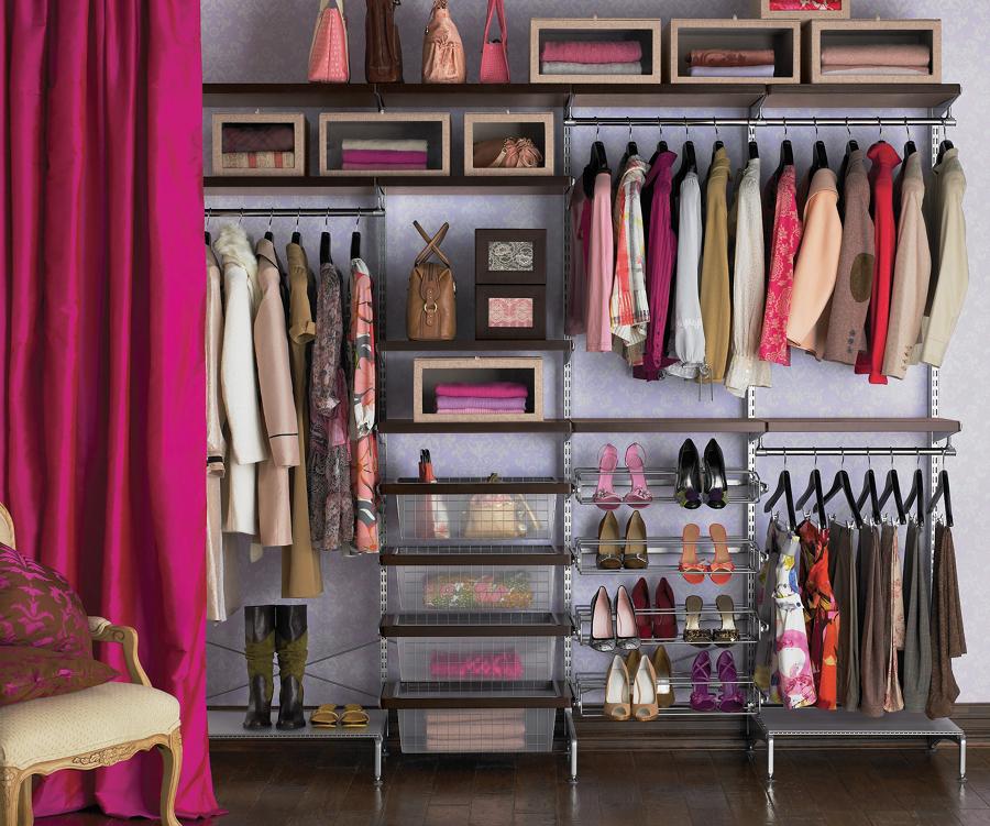 Closet de mujer con ropa de otoño