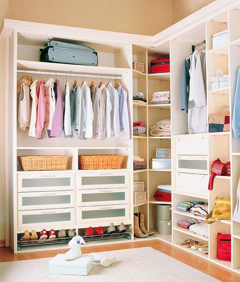 armario en orden con altillo