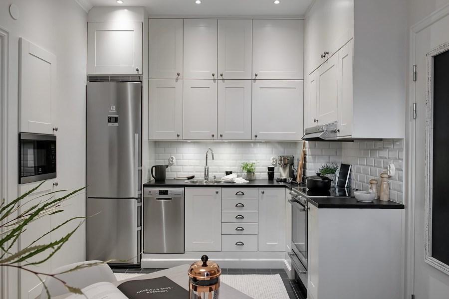 Cocina con armarios altos
