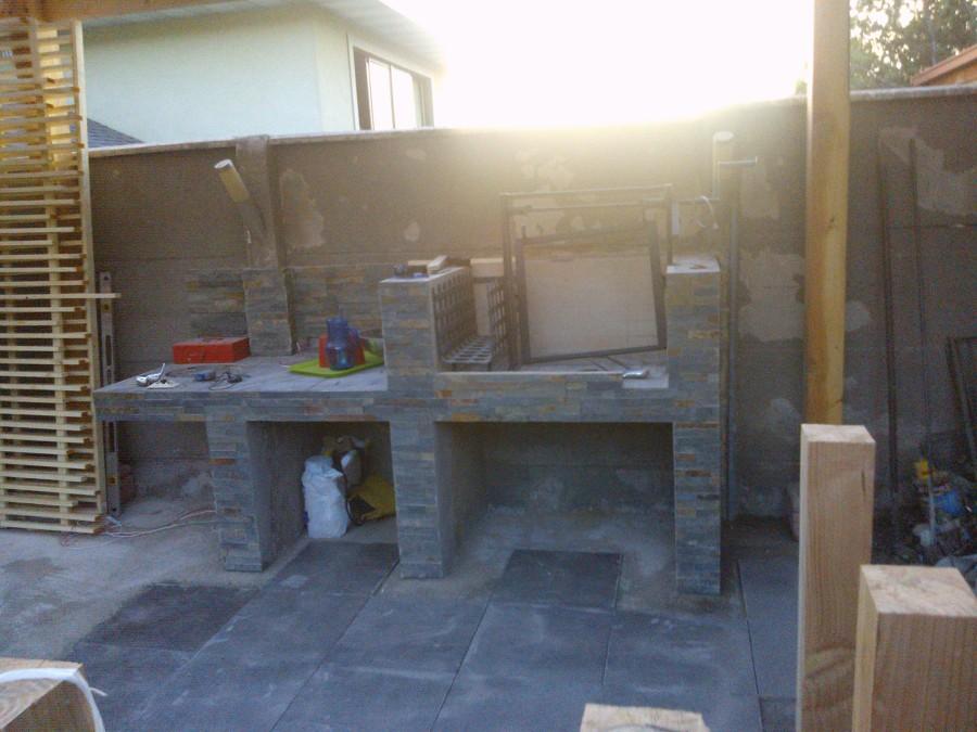 Foto asador en hormigon y ladrillo revestido con piedra for Asadores de piedra para jardin
