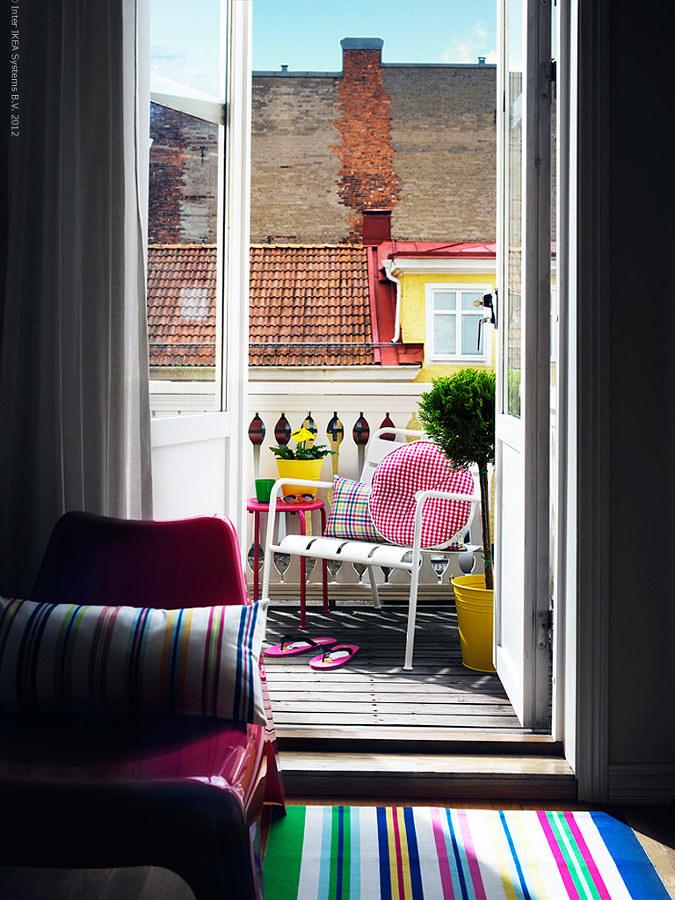 Balcón decorado con colores