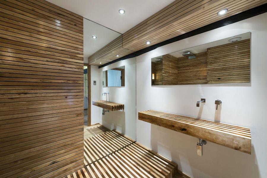 Baño con lamas de madera