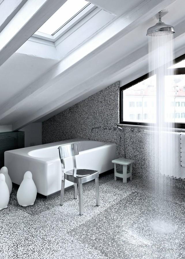 baño con decoración plateada