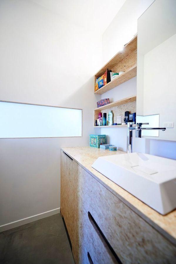 Baño con tableros OSB