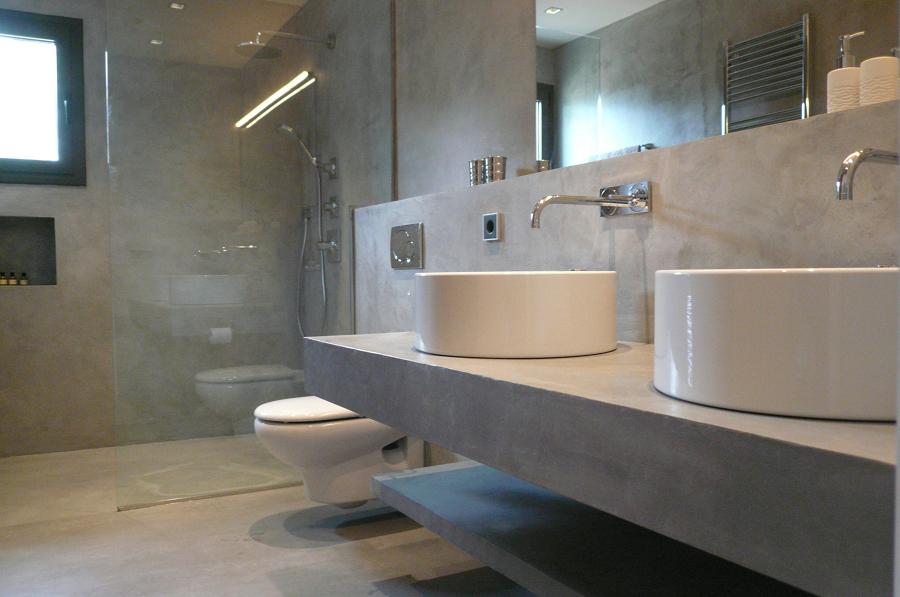 Baño con piso de microcemento