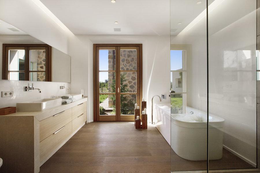 baño con acceso directo al jardín
